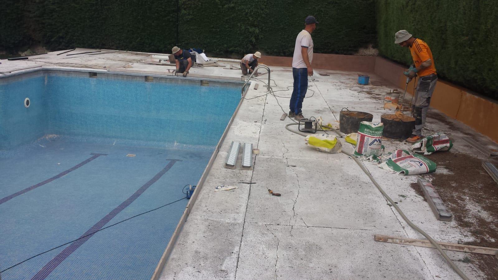operarios en piscina
