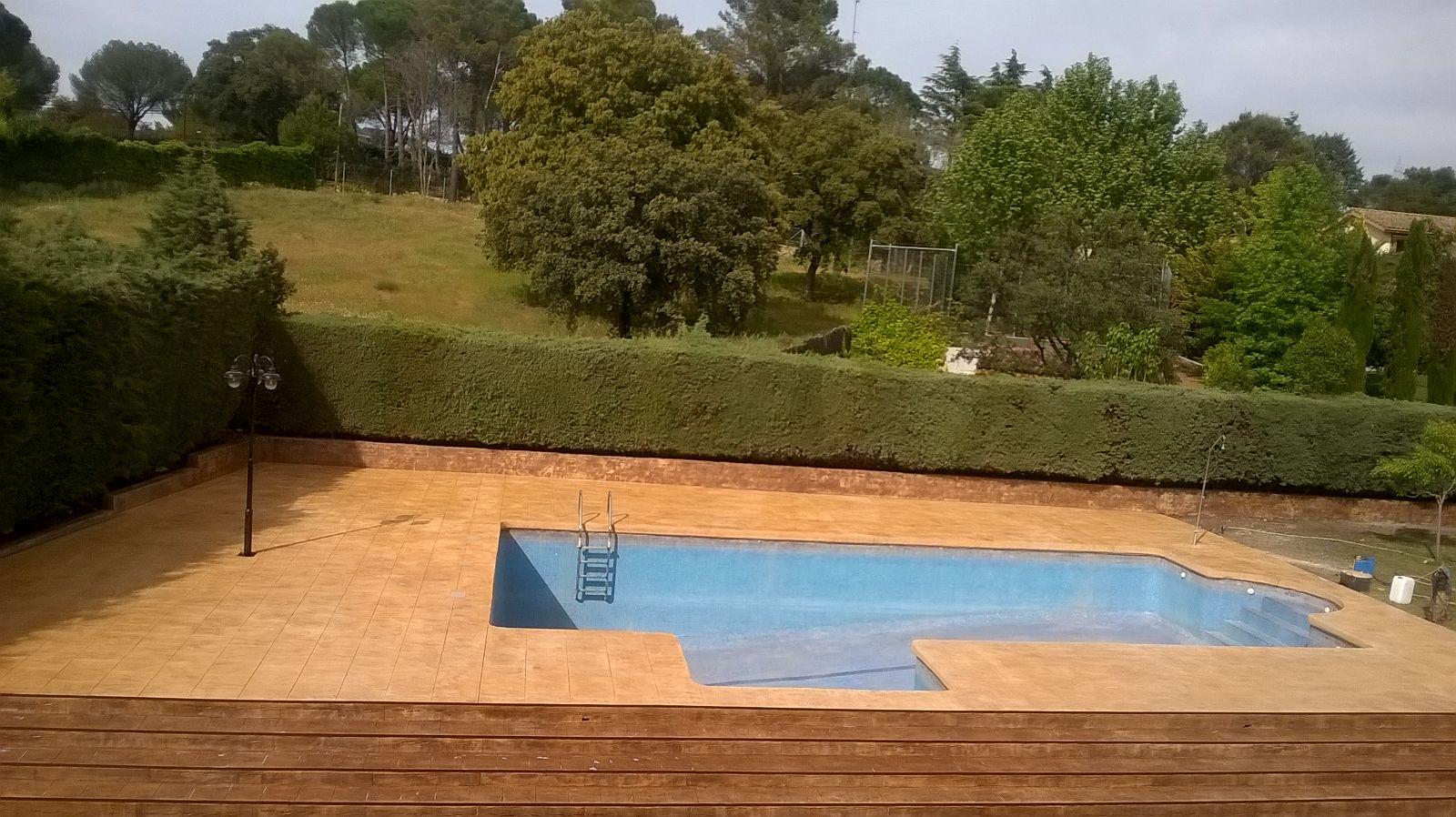 vista completa de exterior con piscina jardin y acabados