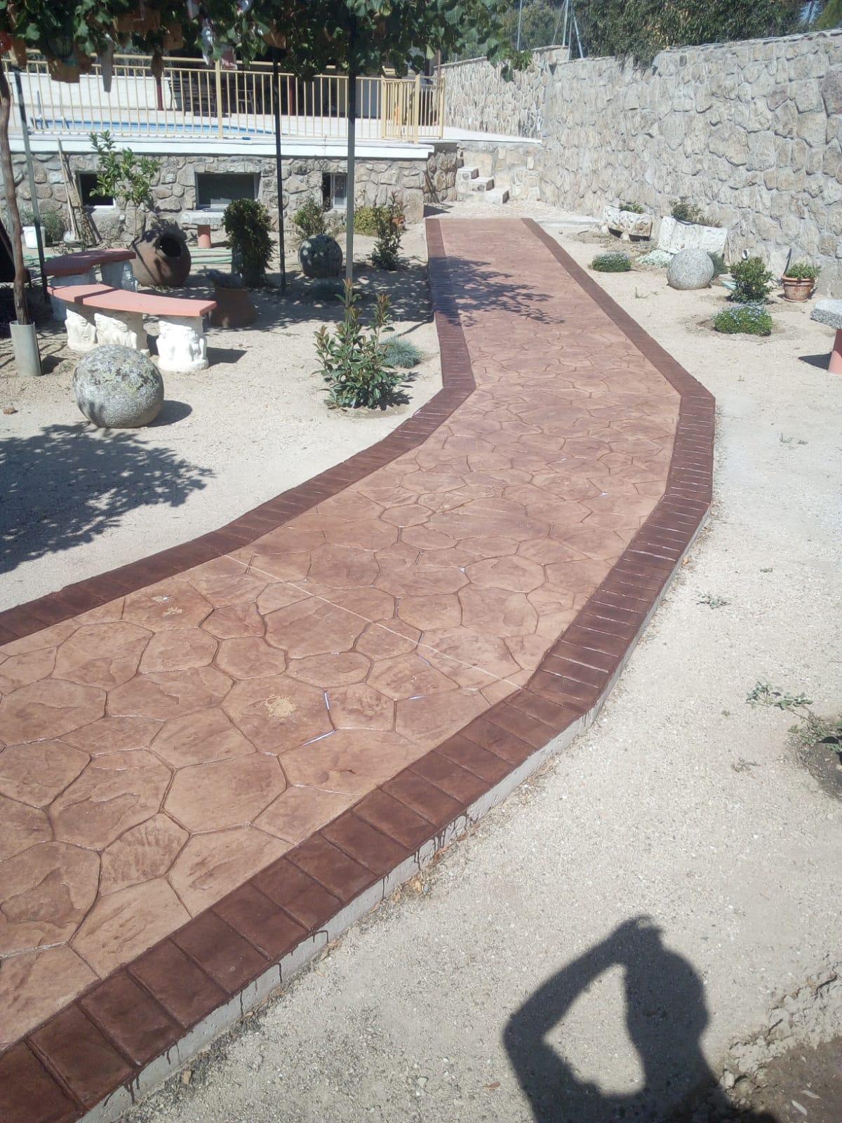 camino exterior con jardin