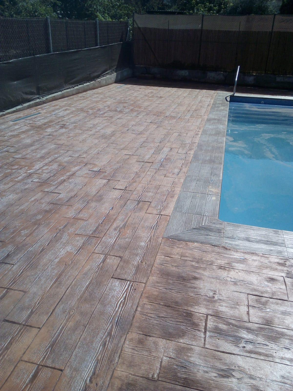 efecto madera para bordillo de piscina