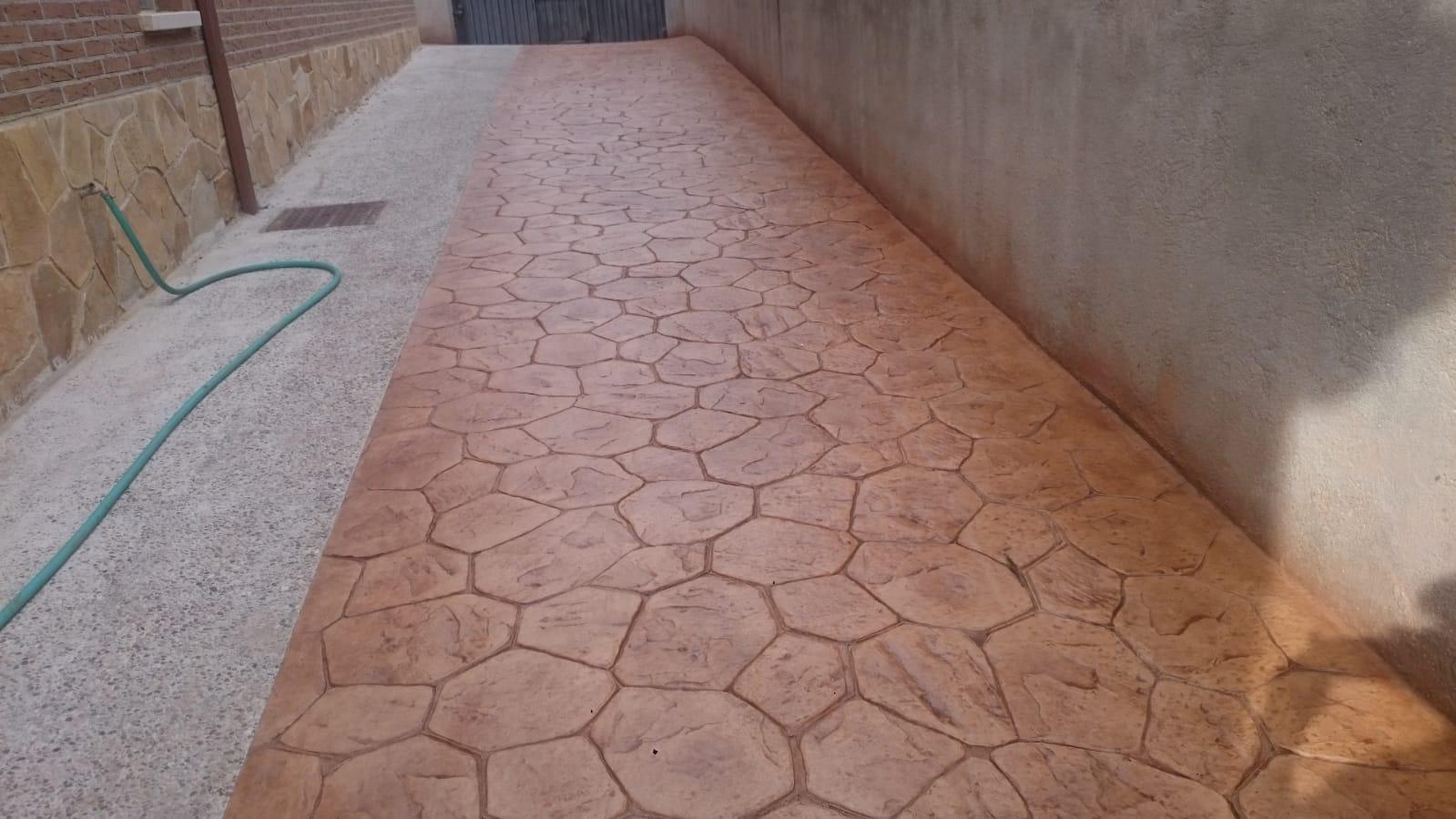 entrada con rodapie de pared y baldosas