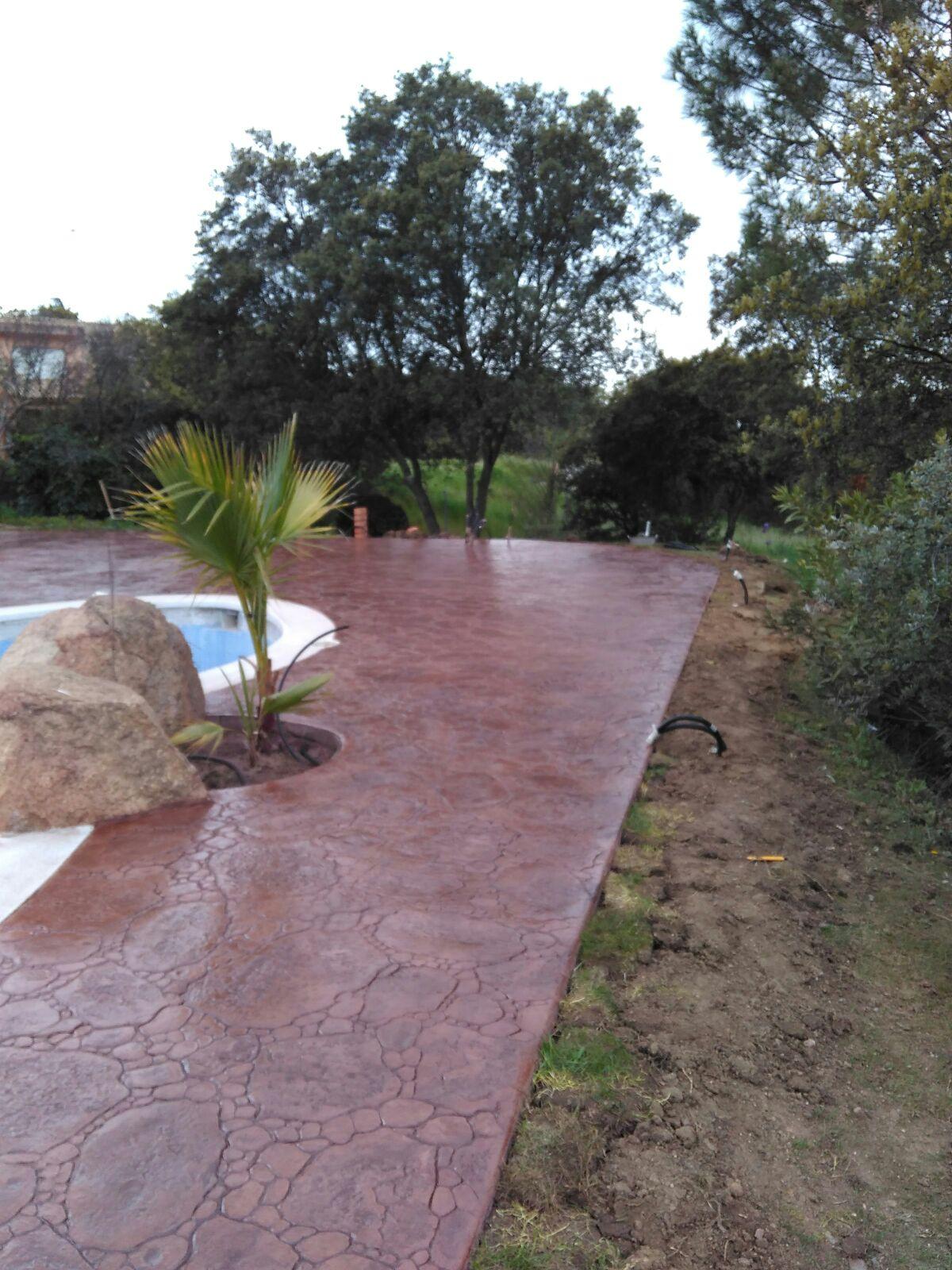 superficie de piscina con jardin