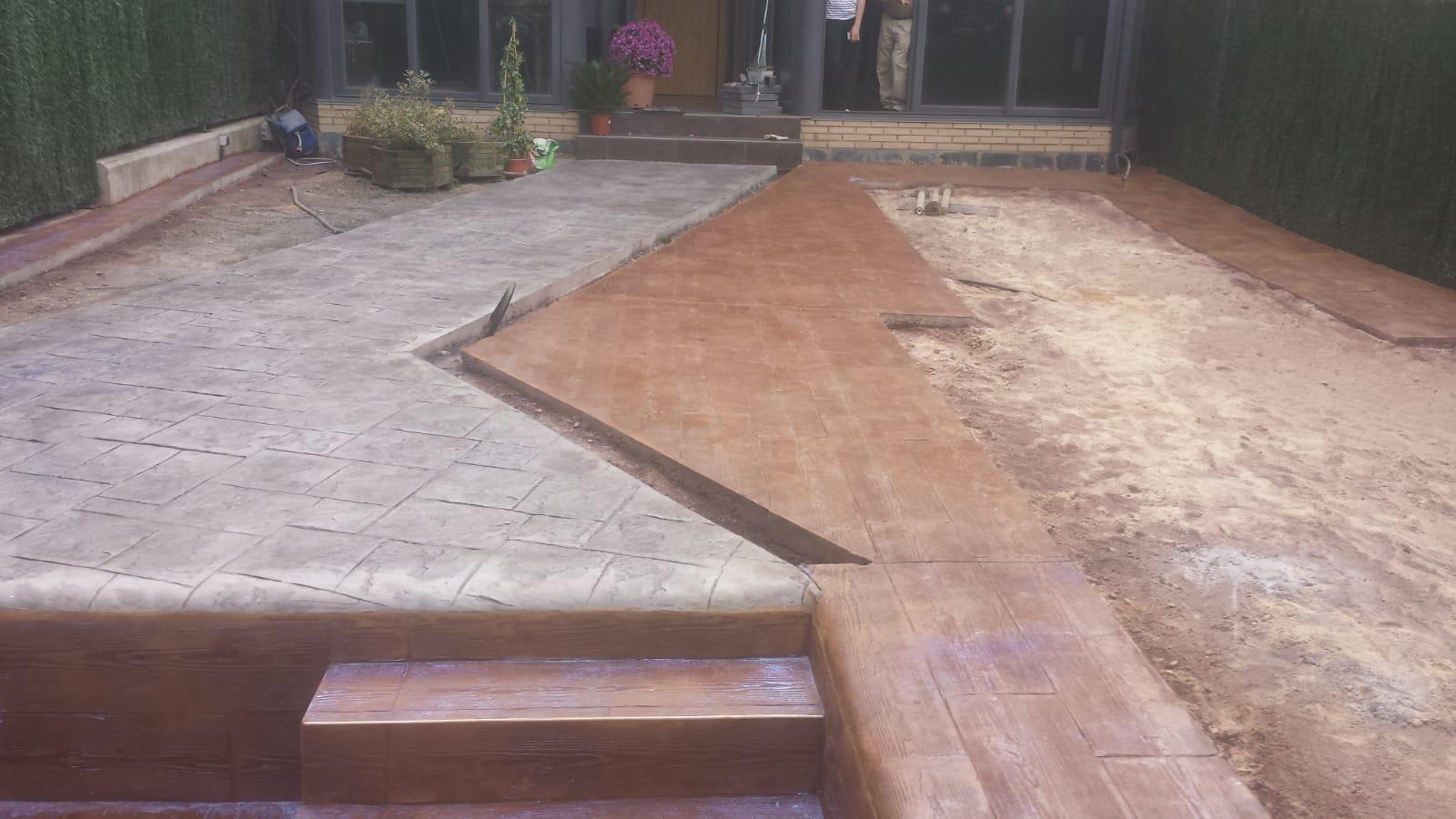 escalera de madera con pasillo de piedra