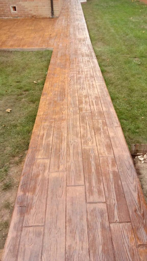 acabado madera jardin con cesped